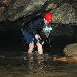 Brodění jezírka na začátku Amatérské jeskyně