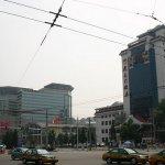 Vpravo hotel Chong Wen Men, naše přechodné bydliště