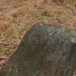 kameny se znaky poblíž valu