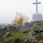 křížek na vrcholu kamýku u Velkých Přílep