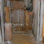 vchod ze sklepa domu do podzemních chodeb