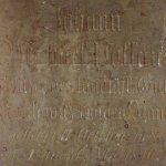 náhrobek v předsíni bočního vchodu