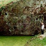 jezírko vzniklo ve zvláštní skalní prohlubni či trhlině