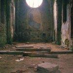 pustý interiér kostela s propadlou hrobkou