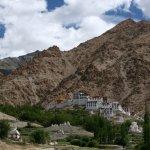 zasazení kláštera v himálajské krajině