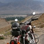 indická motorka v serpentinách