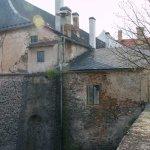 Ratajský zámek - čelní kamenná stěna odkazuje na původní Hořejší hrad